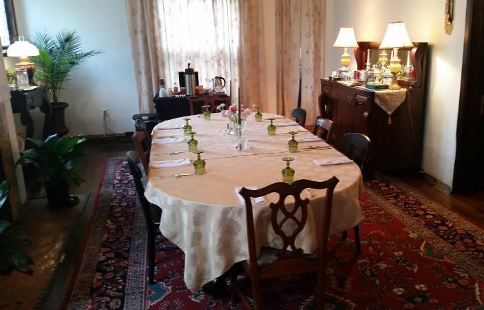Innbuffalo Off Elmwood dining room
